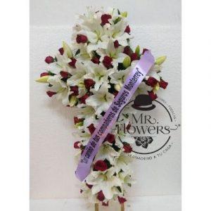 Cruz Funebre con lilis y rosas con banda